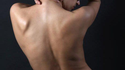Mi ferdíti a hátát? Mik lehetnek a gerincferdülés lelki okai?